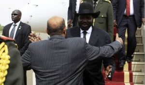 President Bashir welcomes President Kiir at the airport (Sudan Tribune)